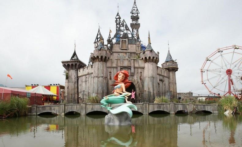 Η παραμορφωμένη Μικρή Γοργόνα μπροστά από το κάστρο της Σταχτοπούτας