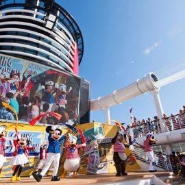 Η χαρά των παιδιών (και των μεγάλων παιδιών) στο deck του πλοίου όπου διοργανώνονται διάφορα δρώμενα