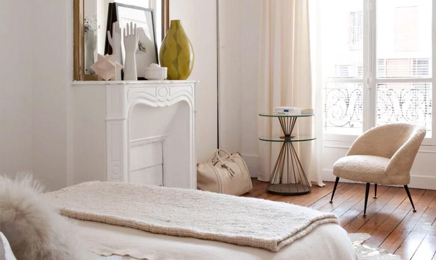 Τα παστέλ και ανάλαφρα χρώματα, οι απαλές υφές, ένας μεγάλος καθρέφτης με χρυσή κορνίζα και τα κομψά διακοσμητικά αντικείμενα είναι βασικά στοιχεία του παριζιάνικου στιλ
