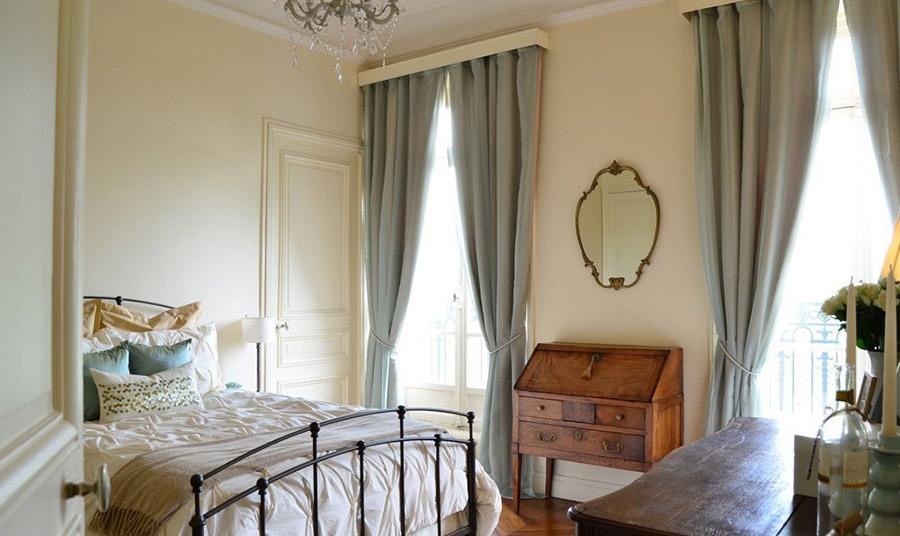 Ένα σιδερένιο κρεβάτι-αντίκα και ένα κομψό παλιό έπιπλο δημιουργούν ένα κλασικά παριζιάνικο στιλ…