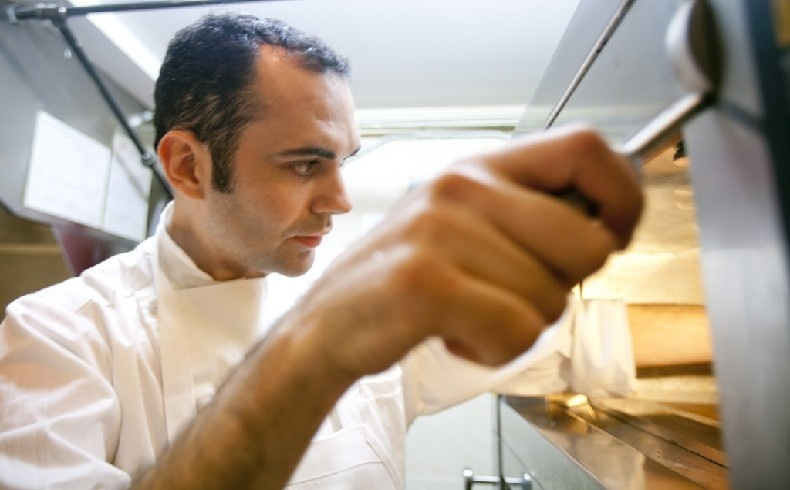 Ο Γάλλος chef pâtissier στην κουζίνα του