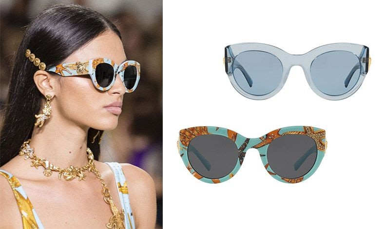 Σε διάφανο γαλάζιο, Versace Clear Blue Sunglasses // Σε γαλάζιο σκελετό στολισμένο με πορτοκαλί κοράλλια και αστερίες, Versace Tresor de la Mer Print