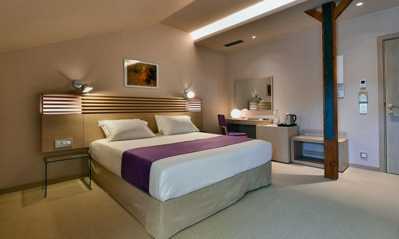 Στα καλαίσθητα δωμάτια και τις σουίτες συναντώνται οι σύγχρονες ανέσεις, η μίνιμαλ αισθητική και το ιταλικό ντηζάιν