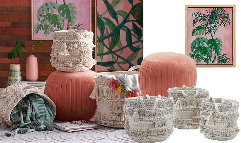 Ένα πουφ από ροζ-ροδακινί βελούδο, μία συλλογή από καλάθια για διακόσμηση και πρακτική χρήση ή ο πίνακας Palm Springs Pink Brush από τη συλλογή Drew Barrymore Flower Home