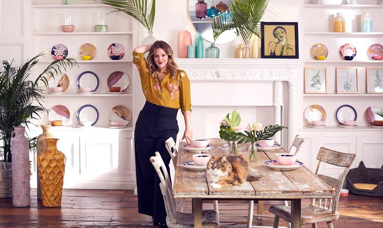Η ηθοποιός σε φωτογράφηση για τη συλλογή με είδη σπιτιού