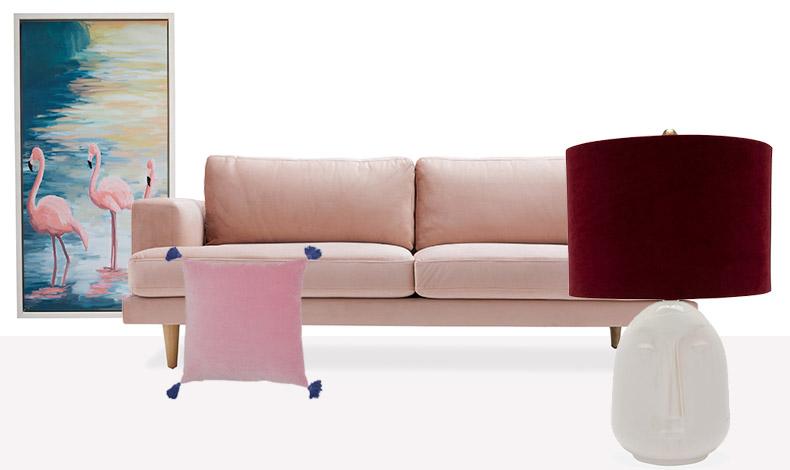 Πίνακας Flamingo Lake με λευκή κορνίζα, ο καναπές με ροζ βελούδο, διακοσμητικά μαξιλαράκια, πορτατίφ The Forgotten Era Ceramic, με λευκή κεραμική βάση και βελούδινο καπέλο από βενετσιάνικο βελούδο σε μπορντό χρώμα, Drew Barrymore Flower Home