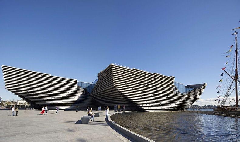 Το πολυαναμενόμενο μουσείο V&A Dundee, το οποίο σχεδίασε ο Ιάπωνας αρχιτέκτονας Κένζο Κούμα εντυπωσιάζει με το σχήμα του που «αρμενίζει» επιβλητικά κάτω από τον σκωτσέζικο ουρανό