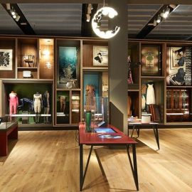 Το μουσείο φιλοξενεί έργα τέχνης τις συλλογές της V&A καθώς και κομμάτια από ιδιωτικές συλλογές
