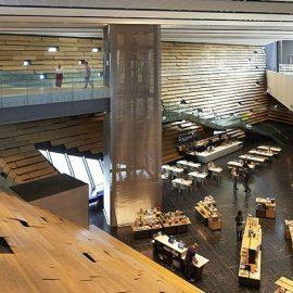 Οι λιτές και μοντέρνες γραμμές στο εσωτερικό του κτιρίου που εκτείνεται σε 1.100 τετραγωνικά μέτρα