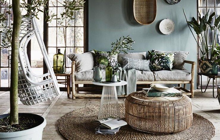 Ξύλο, ρατάν και πολλά φυτά δημιουργούν μία ατμόσφαιρα κήπου στο σπίτι