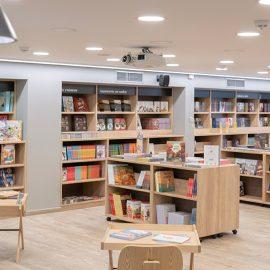 Ο καλαίσθητος χώρος του έχει σχεδιαστεί με τέτοιον τρόπο που και οι δύο όροφοι μοιράζονται ισάξια ανάμεσα στα βιβλία και στις γωνιές ανάγνωσης, δίνοντας στον επισκέπτη την αίσθηση της φιλοξενίας