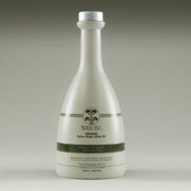 Το «3000 Β.C.» τονίζει την αρχέγονη παράδοση του ελαιολάδου στην Ελλάδα, κλεισμένο σε ένα κομψό μπουκάλι με δυνατή γεύση αρωματισμένη από άγρια βότανα