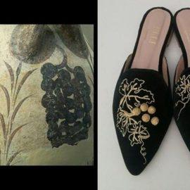 Αμπελόφυλλα ή σταφύλια: Τα παπούτσια είναι εμπνευσμένα από τους απέραντους αμπελώνες της Κρήτης. Φτιαγμένα από μαύρο μεταξωτό βελούδο, κεντημένα με χρυσή κλωστή και οι καρποί είναι από κεντημένες χάντρες με χρυσή κλωστή