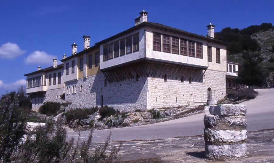 To κτίριο που στεγάζει το Μουσείο Ελληνικής Ιστορίας Παύλου Παν. Βρέλλη στο Μπιζάνι Ιωαννίνων