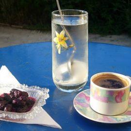 Το υποβρύχιο είναι συνδυασμένο με τα μπλε τσίγκινα τραπεζάκια στα καφενεία των Κυκλάδων, δίπλα σε έναν ελληνικό γλυκύ βραστό, κάτω από την κληματαριά. Το απόλυτο καλοκαίρι