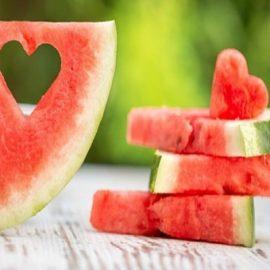 Αγαπημένη καλοκαιρινή γεύση, ελαφριά, πλούσια σε νερό, με λίγες θερμίδες, το καρπούζι είναι το ιδανικό φρούτο για τις ζεστές μέρες