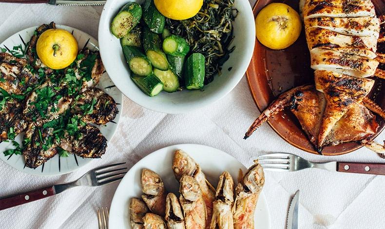 Αμπελοφάσουλα και βλήτα: Από τις πλέον αγαπημένες σαλάτες, συνοδεύον άψογα την καλοκαιρινή μας ψαροφαγία
