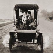 Από τα μέσα της δεκαετίας του 1920 κάτι αρχίζει να αλλάζει… οι νέοι ξεκινούν να βγαίνουν σε ραντεβού με τα κορίτσια που τους αρέσουν