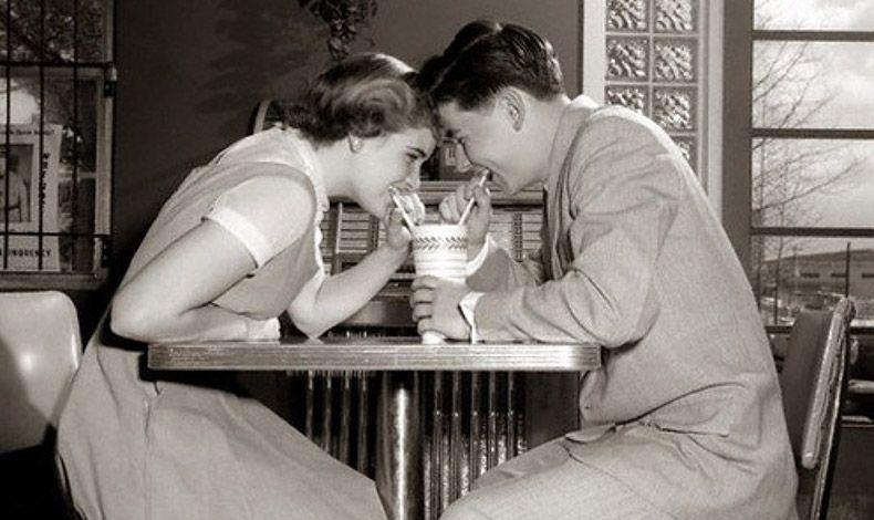 Στη δεκαετία του '50, οι νέοι μιλάνε για τα κλεφτά φιλιά στον λαιμό και σταδιακά εκφράζουν ελεύθερα τη διάθεσή τους να προχωρήσουν σε άλλα μονοπάτια ικανοποίησης των επιθυμιών τους…