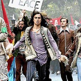 Ανάμεσα στο ροκ εν ρολ και τις διαμαρτυρίες για τον πόλεμο του Βιετνάμ, η νεολαία είναι έτοιμη να βουτήξει στην επανάσταση και να τα ζήσει όλα αλλιώς – γκρεμίζοντας όλα τα παραδοσιακά στερεότυπα