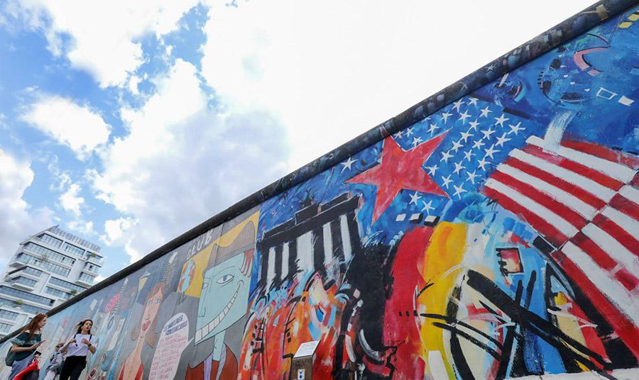 Η περίφημη East Side Gallery, δηλαδή το κομμάτι του Τείχους επί της Mühlenstrasse, που καλλιτέχνες της περιοχής χρησιμοποίησαν ως καμβά κάποιες ημέρες μετά την ενοποίηση των δύο τομέων της πόλης