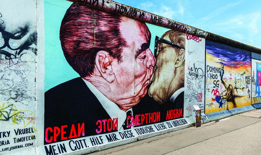 Από τα πιο γνωστά έργα της East Side Gallery αυτό του Dmitri Vrubel που απεικονίζει το διάσημο φιλί του πρώην Γ.Γ. της ΕΣΣΔ Λέονιντ Μπρέζνιεφ και του προέδρου της Ανατολικής Γερμανίας Έρικ Χόνεκερ το 1979