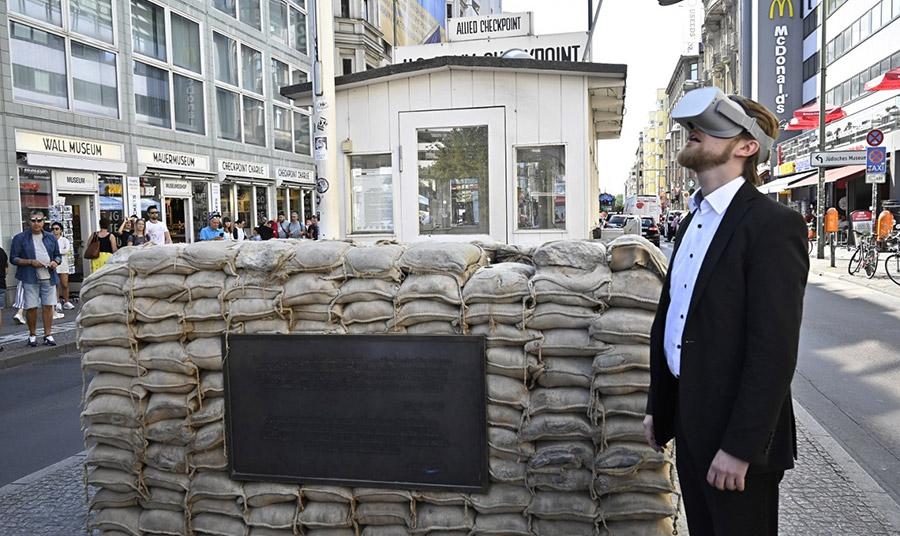 Μία από τις πολύ ενδιαφέρουσες ξεναγήσεις είναι αυτή με αφετηρία το Checkpoint Charlie που θα ακολουθεί τη διαδρομή του Τείχους μέχρι τις πλατείες Potzdamer και Liepziger.