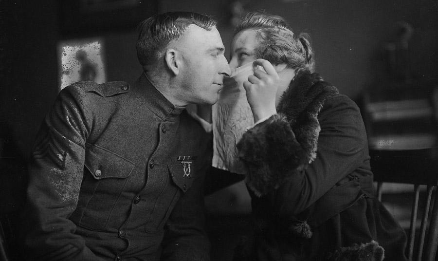 Το φιλί με ένα μαντήλι ανάμεσα στα χείλη των ζευγαριών ήταν επίσης μια δημοφιλής πρόταση που αναδείχτηκε στις εφημερίδες