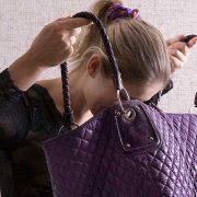 Πώς να καθαρίσετε το εσωτερικό της τσάντας σας