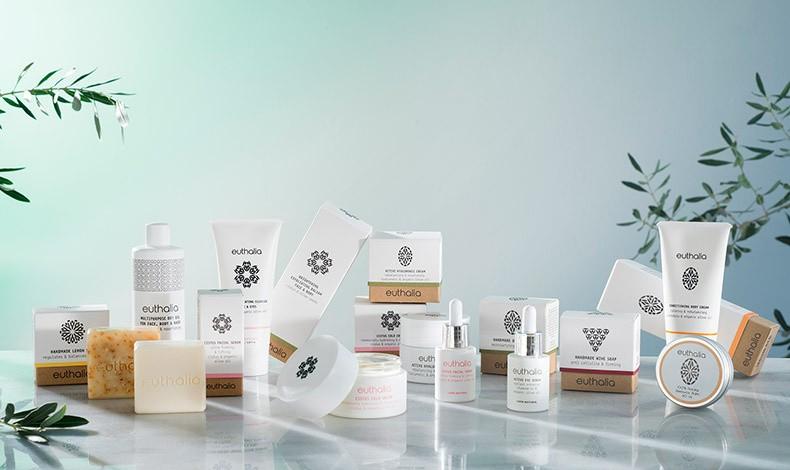Η συλλογή Euthalia Natural Cosmetic Values περιλαμβάνει προϊόντα περιποίησης προσώπου και σώματος για ενυδάτωση, καθαρισμό, τόνωση, απολέπιση και αντιγήρανση