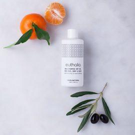 Το υπέροχο MultiPurpose Dry Oil, ένα ξηρό λάδι για πρόσωπο, σώμα και μαλλιά. Ένας πολύτιμος συνδυασμός εκλεκτών φυτικών ελαίων και αιθέριων ελαίων, πλούσιο σε βιταμίνες και μέταλλα, εμπλουτίζει την επιδερμίδα με όλες τις ευεργετικές ιδιότητές του