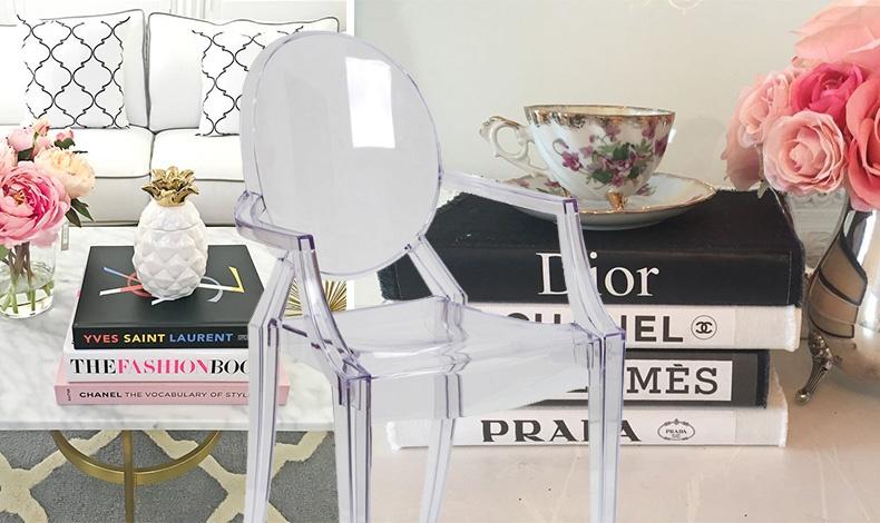 Κάθε σπίτι που αγαπάει τη μόδα έχει στο τραπέζι του καθιστικού του coffee table books, αφιερωμένα στη μόδα και στις τέχνες // Η διάφανη καρέκλα του Philippe Stark υπάρχει στο σπίτι κάθε λάτρη της μόδας