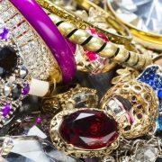 Πού να τα βάλω τόσα faux κοσμήματα;
