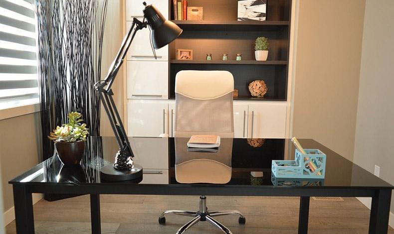 Εάν εργαζόμαστε στο σπίτι, ο χώρος του γραφείου πρέπει να είναι τακτοποιημένος και καθαρός ακόμη και εν τη απουσία μας!