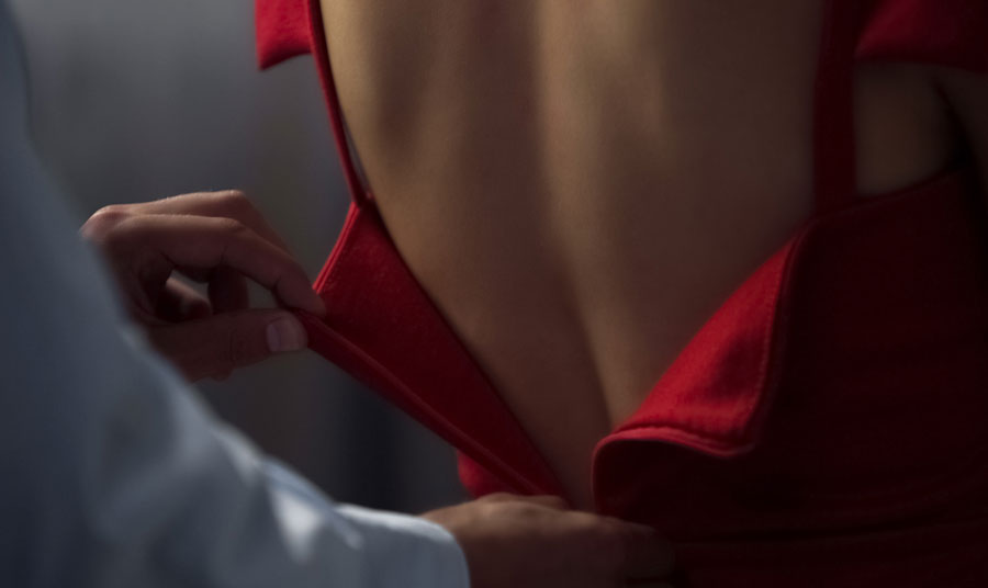 Γυναικεία αισθαντικότητα… ένα κόκκινο φόρεμα και τα ανδρικά χέρια που κατεβάζουν το φερμουάρ…
