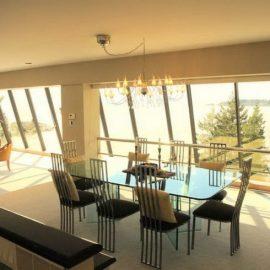 Σποτάκια στο ταβάνι και πολυέλαιος, ή άλλου τύπου κρεμαστό φωτιστικό, δημιουργούν ατμόσφαιρα