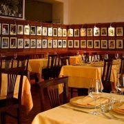 Το εστιατόριο της Ρώμης, όπως είναι σήμερα. Του τοίχους κοσμούν οι φωτογραφίες από τους διάσημους που έχουν επισκεφθεί το Alfredo όλα τα χρόνια της λειτουργίας του