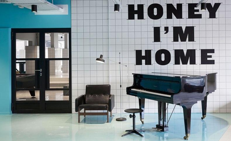 Στην είσοδο σας υποδέχεται ένα πιάνο και η επιγραφή «Αγάπη μου, είμαι σπίτι»