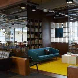 Η βιβλιοθήκη του ξενοδοχείου