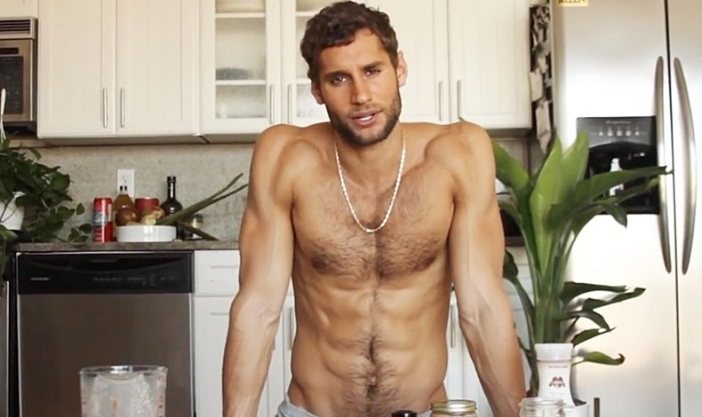 Ο «γυμνός» σεφ? δίνοντας οδηγίες για τις τεχνικές μαγειρικής! Χωρίς σχόλια!