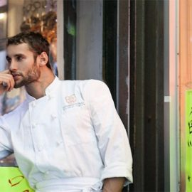 Ο Νοριέγκα έξω από το περουβιανό του εστιατόριο στη Νέα Υόρκη (φωτό: Dan Callister)