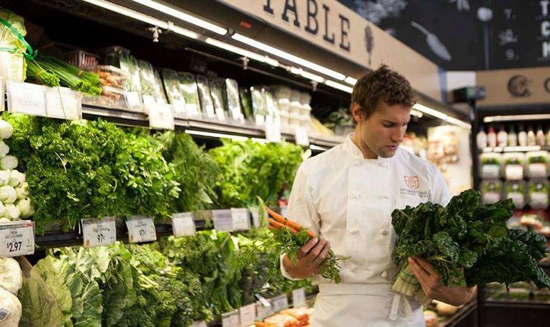 Ψωνίζοντας λαχανικά... Ποια δεν θα ήθελε να τον συναντήσει στα ψώνια της;