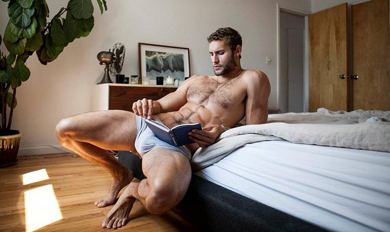 Πρωινό διάβασμα στο κρεβάτι... Ετοιμάζει κάτι καινούργιο ή απλώς θέλει να ανεβάσει τους παλμούς της καρδιάς μας; Ή μήπως και τα δύο;