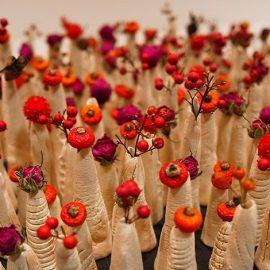 Το «freakebana» είναι μία στροφή στον ψυχεδελικό σουρεαλισμό. Τα λουλούδια που χρησιμοποιούνται συχνά είναι υπέροχα, αλλά η ματιά είναι κάπως «άσχημη»