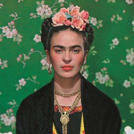 Η Frida Kahlo σε ένα παγκάκι, 1938. (Φωτ.: Νickolas Muray © The Jacques and Natasha Gelman Collection of 20th Century Mexican Art and The Verge, Nickolas Muray Photo Archives)