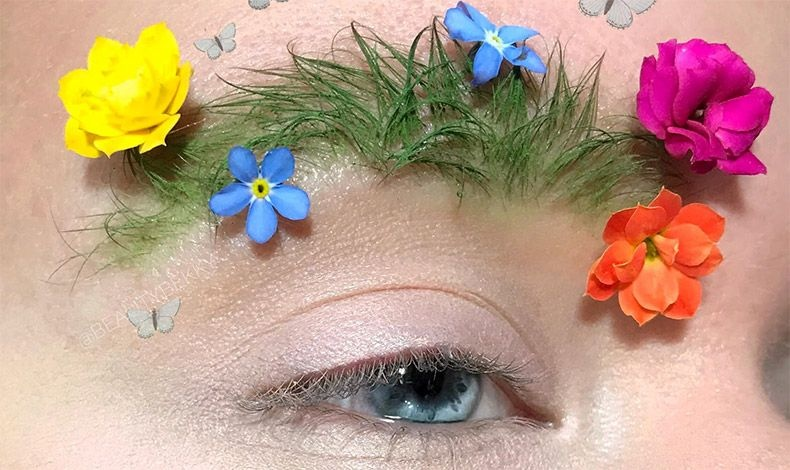 Θα χρειαστείτε καλλυντικό κερί, ψεύτικα λουλουδάκια, κόλλα βλεφαρίδων και ένα κραγιόν ή σκιά ματιών σε υγρή μορφή και πράσινο χρώμα