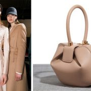 Παλτό σε γήινες αποχρώσεις από τη συλλογή φθινόπωρο 2018-χειμώνας 2019 // Η περίφημη τσάντα Nina που εκτόξευσε τη φήμη της σχεδιάστριας σε ολόκληρο τον κόσμο