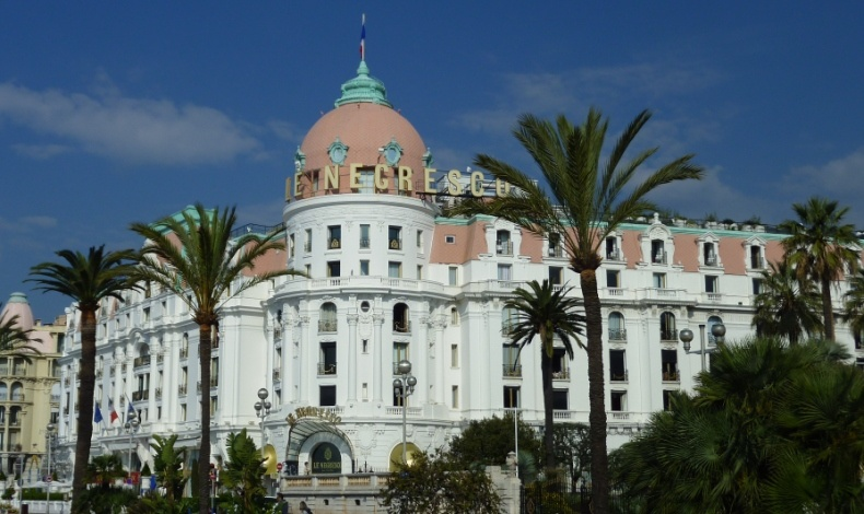 Βασιλείς, καλλιτέχνες και κάθε είδους πλούσιοι και διάσημοι έχουν καταλύσει στο Negresco Hotel απολαμβάνοντας τη θέση, την πολυτέλεια και τις υπηρεσίες του
