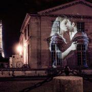 Ένα από τα ζευγάρια που φίλμαρε ο Julien Nonnon, Tiphanie και Νicolas, με φόντο τον φωταγωγημένο Πύργο του Άιφελ