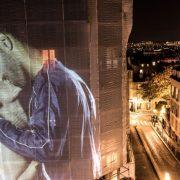 Joana και Kofi ανταποκρινόμενοι στο μήνυμα «Ας φιληθούμε»
